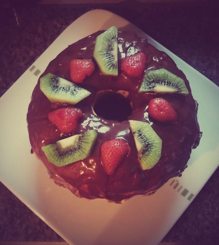 Ciasto z polewą i owocami
