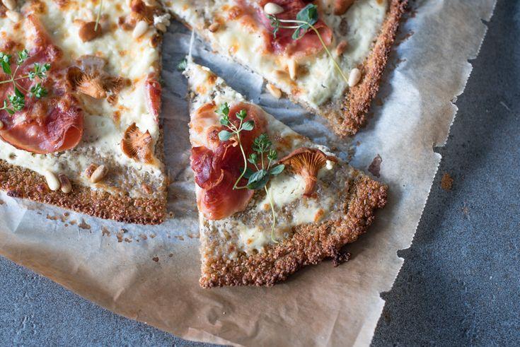 Quinoa - pizza med spekeskinke, kantareller og pinjekjerner.