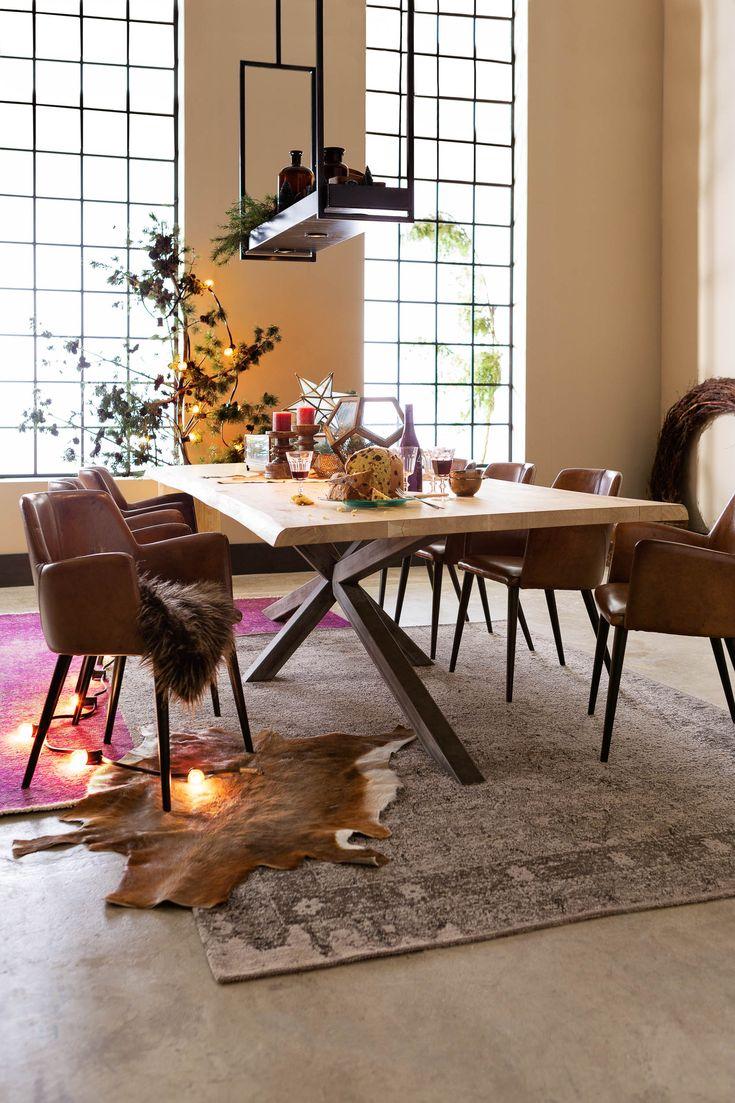 #eethoek #warm #gezellig. Eetkamertafel Bole, eetkamerstoel Baltazar, hanglamp Vorm, vloerkleed Tarente - #Goossens wonen & slapen