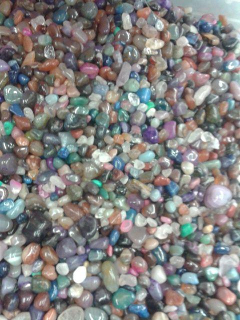 piedras y cristal de colores