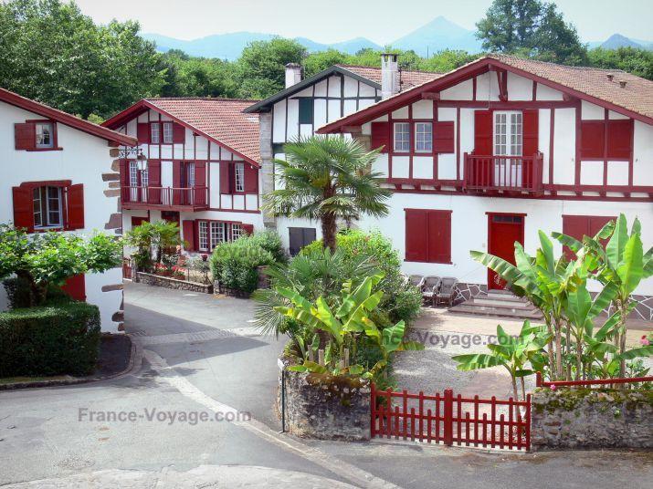 Ainhoa: País Vasco: las fachadas de entramado de madera de las casas y los obturadores rojos y verdes