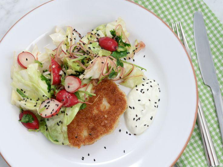 Frasiga kycklingbiffar med asiatisk råkostsallad   Recept från Köket.se