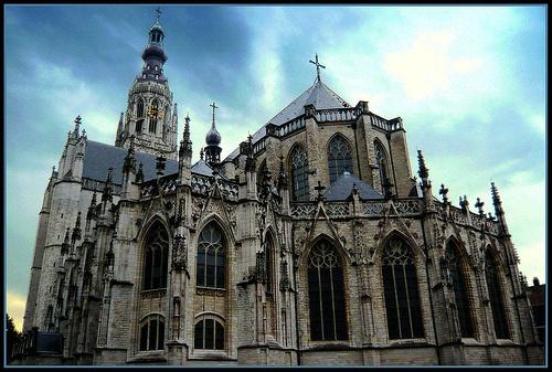 Maak tijdens uw stadswandeling een stop bij  de Grote Kerk, het Begijnhof en het terrein van het Kasteel van Breda.
