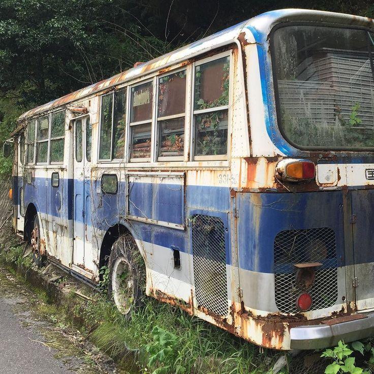Из жизни японской глубинки. Старинный рейсовый автобус встреченный в горах на  западе острова Хонсю;  ныне используется местными крестьянами в качестве сарая для хранения дров. #этоЯпония #иэтоЯпония #Ямагути #горы #крестьяне #глубинка #японцы #Япония #автобус #сарай #дрова #ретро