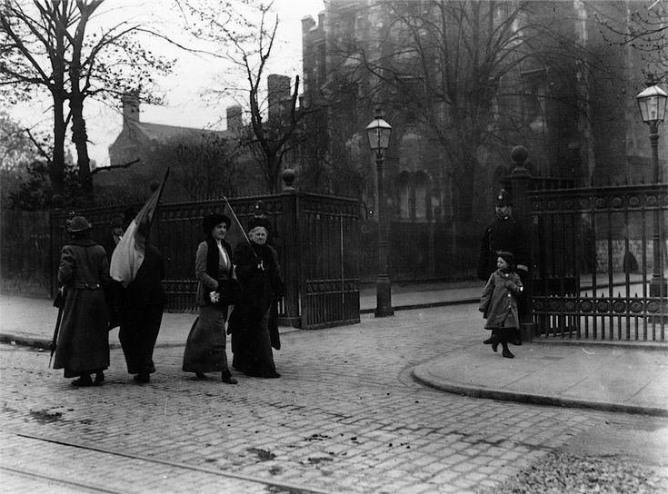 1908: Suffragettes picketing Holloway prison, London, while Emmeline Pankhurst was imprisoned there. | 28 Powerful Pictures Of Women Fighting For Their Right To Vote