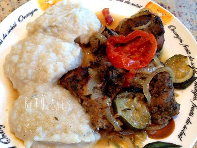 Hoztam egy receptet, ami isteni, és én ma ezt ettem ebédre! :) A karfiolpüré első próbálkozásom volt a krumplipüré alakbarátabb, de élvezetes kiváltására egy kapott ötlet alapján. A husi meg saját …