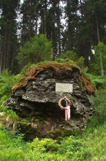 cestou z Kvildy do Borových Lad, a to na pravém břehu Vltavy pod Holým Vrchem.