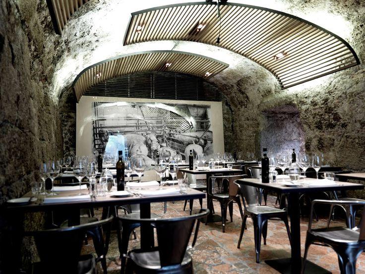 Weinarchiv in der Blauen Gans. 660 Jahre altes Kellergewölbe mit winebar.  www.blauegans.at