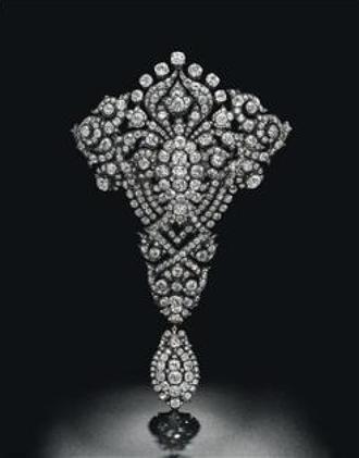La baronesa Thyssen saca a subasta una #joya de la reina María Cristina por casi dos millones de euros. Esa es la cifra que la casa de subastas más antigua del mundo, Christie's, cree que puede alcanzar un #broche de #diamantes que perteneció a la esposa del rey Alfonso XII.