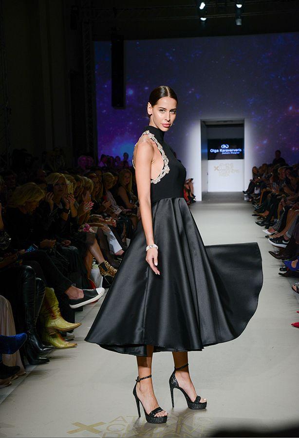 31dd8d384056 Μίντι κλος φόρεμα με έναν ώμο και λεπτομέρειες από κέντημα Swarovski ...