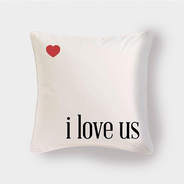 Cojín I Love Us by Pilou. Decohunter. Regalos originales. ideas de regalo. Amor y amistad. Encuentra dónde comprar este diseño y Producto en Colombia.