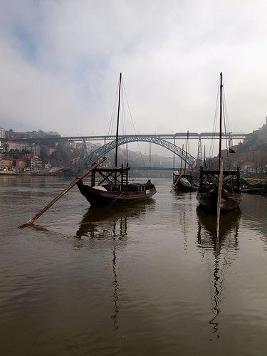 Vista de Barcos Rabelo com a Ponte D. Luis ao fundo - Porto, Portugal