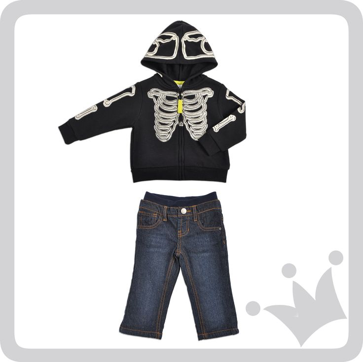 El look del día: Suéter con capucha y figuras que brillan en la oscuridad para los varones, combinado con un jean. #epkhalloween #epkmegusta
