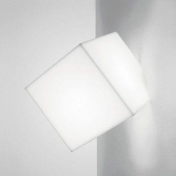 Artemide vous propose Edge, un cube lumineux qui sert aussi bien d'applique que de plafonnier. L'arrête tronquée abrite la source et, à l'intérieur, elle cache une douille qui permet de la fixer au mur ou au plafond. Le diffuseur cubique réalisé en polypropylène moulé permet une excellente diffusion de la lumière. Edge d'Artemide existe en blanc.