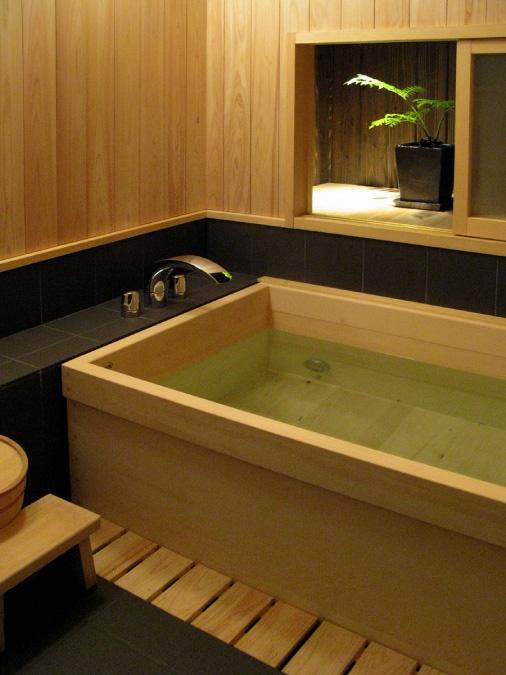 ひのきで作られたお風呂。 入浴するたび森林にいる気分を味わえそう。