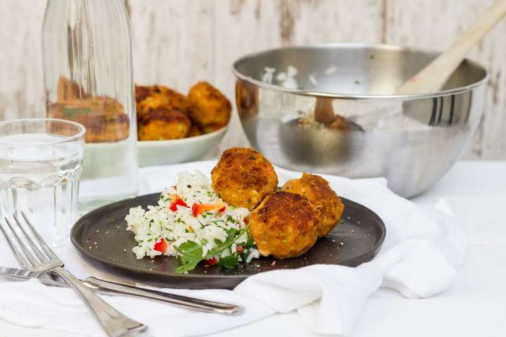 Recept voor kruidenrijst voor 4 personen. Met zout, olijfolie, peper, rijst, tonijn uit blik, rode paprika, ui, aardappel, peterselie, bieslook, crème fraîche en paneermeel