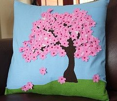 Almofada com florzinhas de tecido.