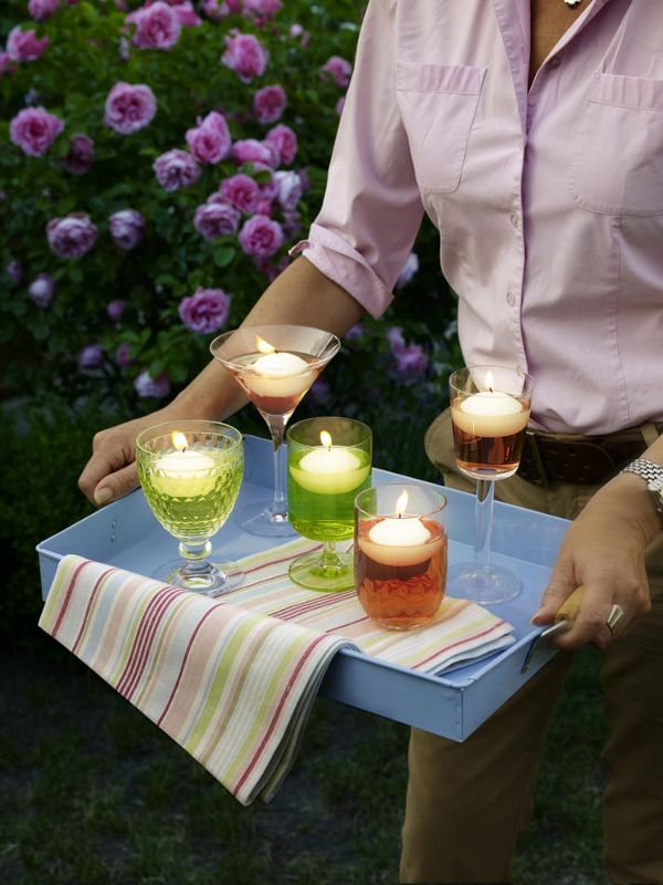 KrugLebensmittelfarbeVerschiedene Gläser (z. B. Weingläser)Schwimmkerzen (z. B. von Eika)1. In einem Krug Wasser mit Lebensmittelfarbe