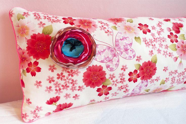 Rose Time O'Clock DIY une broche fleur sur un coussin par Les Trafiquantes