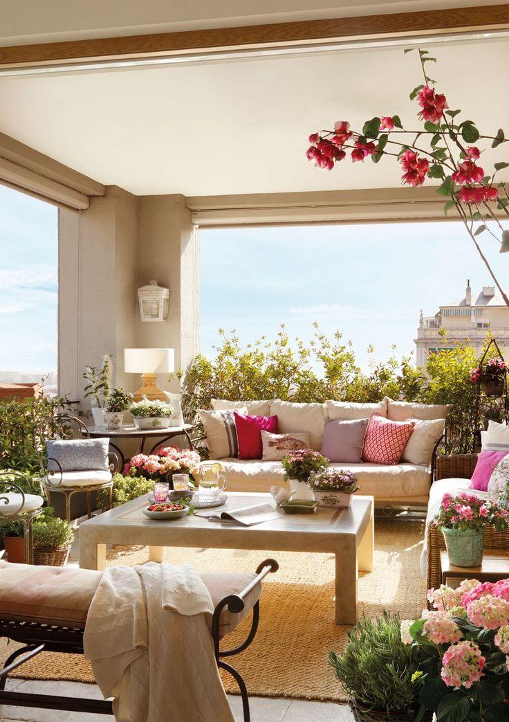 Aprovechando los espacios y el buen tiempo: curisoa reforma en la que robaron metros al salón para convertirlo en terraza. Un oasis de paz en medio de la ciudad. Por ElMueble.com