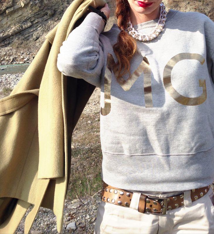 #coat #sweatshirt #river #girl #fashion #vintage #glitter #golden #shoes #laceshoes #fashionblogger #fashionblog #felpe #brand #outfit @Maggie Jeans Italia  idea outfit felpa grigia maggie jeans e cappotto cammello, fiume ceno, scarpe dorate brasiliane, amanda marzolini, the fashionamy blog, fash...