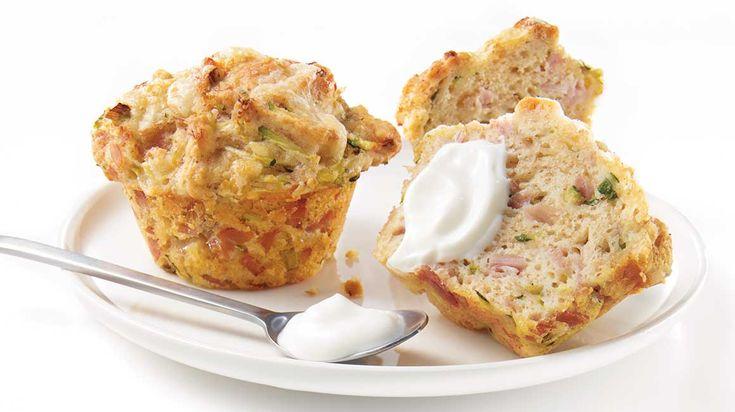 Faites sortir vos collations de l'ordinaire avec ces muffins au jambon blanc et au cheddar.