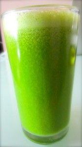 "Jus de légumes vert ""detox"" ». Concombre, céleri, épinards, brocoli, citron."