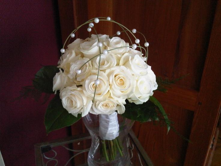 Bruidsboeket 5  Boeket gemaakt van gebroken witte rozen, waarbij kralen overheen lopen.