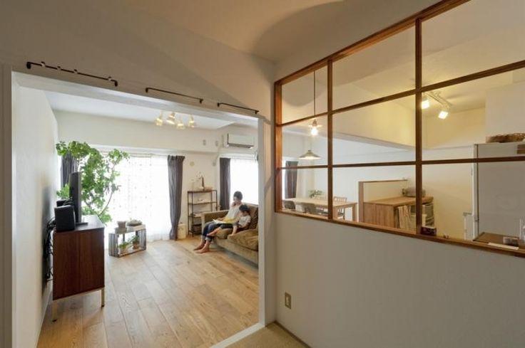 <p>木枠の室内窓でキッズスペースとキッチンを間仕切り。様子を伺いながら家事ができますね。</p>