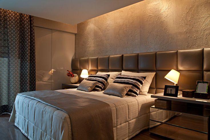 Suíte Master. Gradações de cinza, fendi e madeira compõem o ambiente. A cabeceira da cama é trabalhada em couro ecológico estofado, ladeada pelos criados-mudos em laca e espelho. Acima, o painel em alto relevo é de autoria de Carl Robinson. A iluminação ficou a cargo de Chean Hsui.
