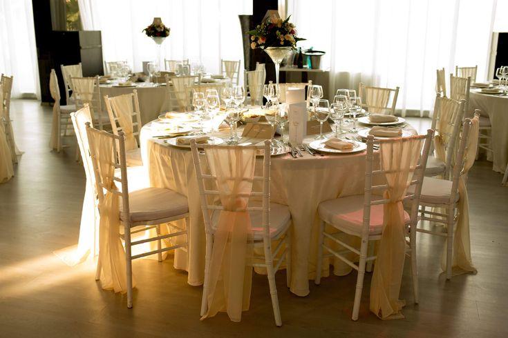 Printre razele soarelui, la apus, cele mai emotionante momente incununeaza o nunta de vis, pe malul Lacului Tei, la Ballrooms by Bamboo. Salonul Chandelier isi deschide larg portile si te intampina pe tine si jumatatea ta cu un dar de nunta, chiar inainte ca aceasta sa aiba loc.  Din partea noastra vei primi servicii de consiliere si wedding planning GRATUIT, tortul, aranjamentele florale si setup-ul din partea casei.