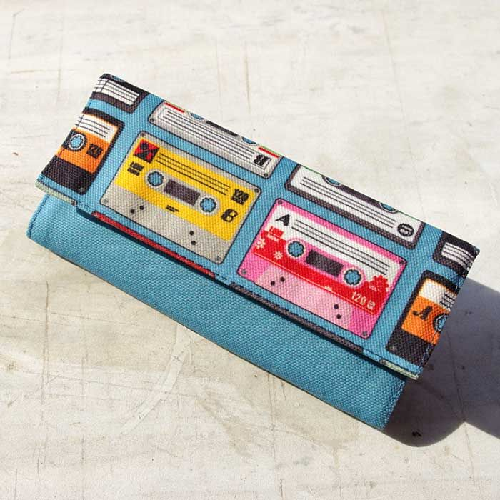 """Tobacco pouch """"Music from the 90s"""" Size: 21.5 x 16 cm open / 16 x 8 cm closed Features: Special case for the tobacco packaging. Special case for the rolling papers. Adhesive closure compartment."""