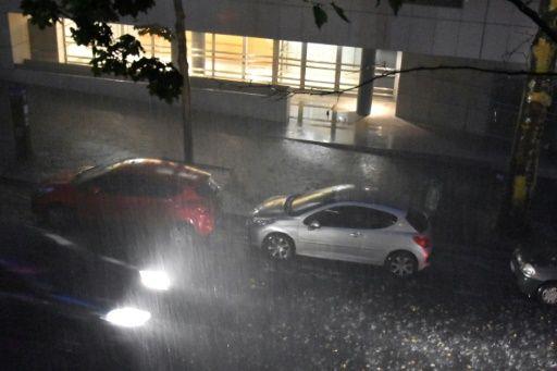Lepetitjournal.com - Record de pluie en une heure à Paris dimanche soir | Un cumul record de pluie a été enregistré à Paris dimanche soir avec 49 millimètres en une heure, l'équivalent de trois semaines de précipitations moyennes en juillet dans la capitale, a indiqué Météo France.