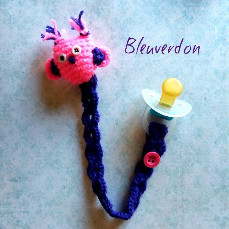 Attache tétine chouette au crochet amigurumi de la boutique Bleuverdon sur Etsy