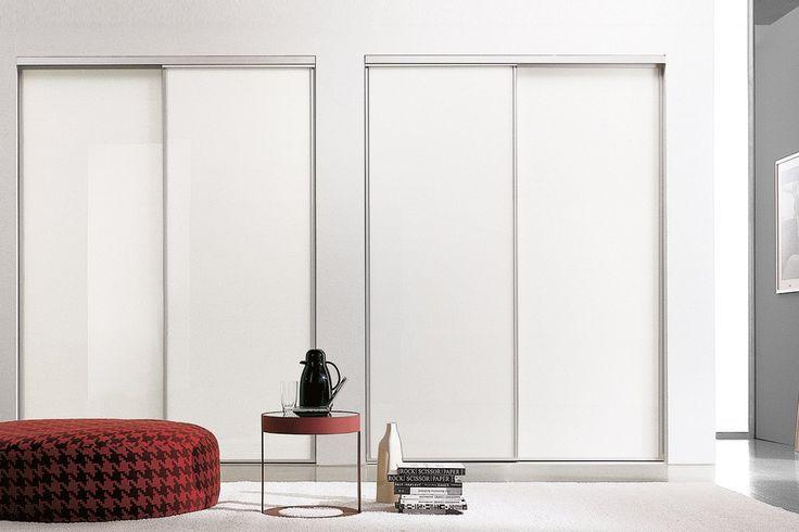 Lundbergs skjutdörr standard i vit och glas Våra Standard-dörrar i stålprofil finns i två klassiska  utföranden; vit fyllning och spegelglas. Skjutdörrarna är  framtagna i de vanligast förekommande måtten vilket gör att de täcker in de flestas behov till ett bra pris. Köp till  tak- och golvskena, montera och ha långvarig nytta och  glädje av din förvaringslösning.