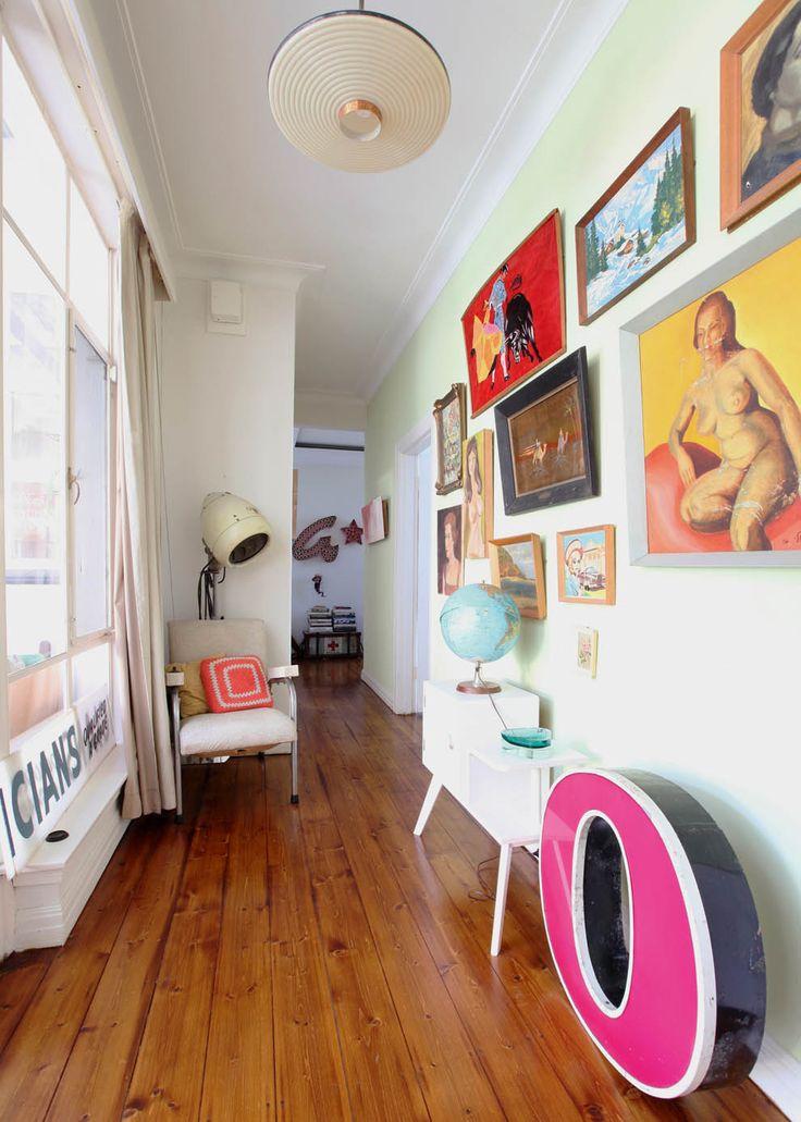 Couloir et mur fourre-tout, où Tim et Neryl exposent les toiles trouvées dans les magasins vintage ou les puces.rs vintage avec divers objets.
