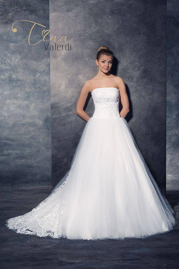 Nádherné svadobné šaty s korzetom zdobeným čipkou bez ramienok a širokou sukňou s vlečkou