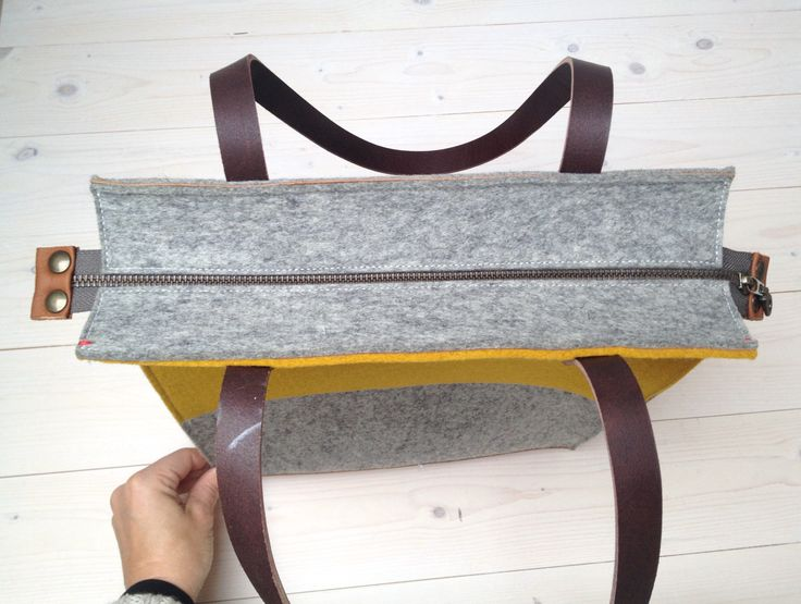 Large felt shoulderbag in Grey and yellow. With the new zipper closure. this bag si for sale on Etsy: https://www.etsy.com/nl/listing/212040334/grote-shopper-tas-van-vilt-en-leer-in