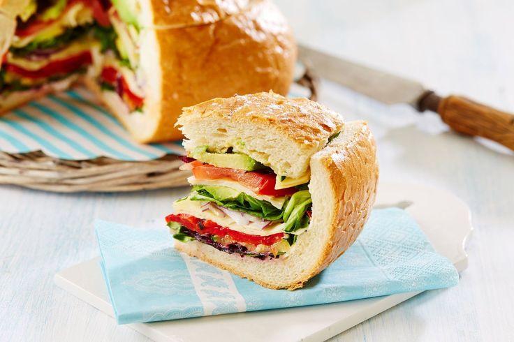 Pan Bagnat, eller fylt brød, er veldig praktisk og godt som turmat. Oppskriften holder til ca. 6 porsjoner.
