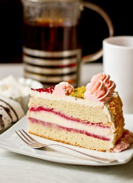 """Обещала торты к Новому году - выполняю  Этот торт существенно сложнее ленивого """"Наполеона"""" - тут только чизкейк в начинке и итальянский сливочный крем многого стоят. Но с другой стороны, вы можете поистине удивить гостей таким тортом  Просто приготовьте его за сутки до подачи  В рецепте ингредиенты приводятся на торт весом около 3,5-3,7 [...]"""
