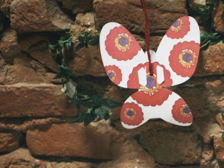 Green Words Rossa è una farfallina in cartoncino che contiene semi di Zinnia e si può trasformare in tante cose: in un biglietto dove scrivere e condividere i tuoi pensieri; è portatrice di semi di piante che attirano farfalle, è un oggetto che aiuta le cooperative sociali a sostenersi ma, soprattutto, proprio come le vere farfalle, è bellissima.