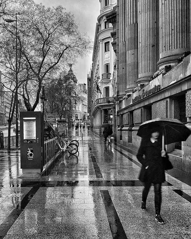 Madrid lluvioso... #madrid #places#lugares #people#gente#urbanscenes#escenasurbanas #monocromo #igersmadrid_bn #huaweimate10 @huaweimobileesp #rain #lluvia #winter #invierno