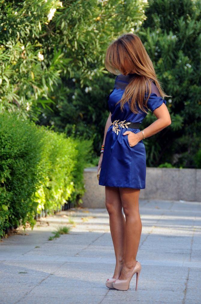 """Estefanía, de """"Con 2 tacones"""", luciendo minivestido azul de Nubbe Clothes."""
