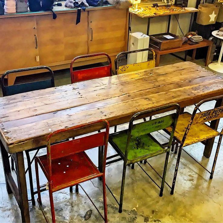www.potsdam.es C/Santa Marta 6 Pamplona.  Mesa de madera con patas plegables y conjunto de sillas metálicas de colores procedentes de la india