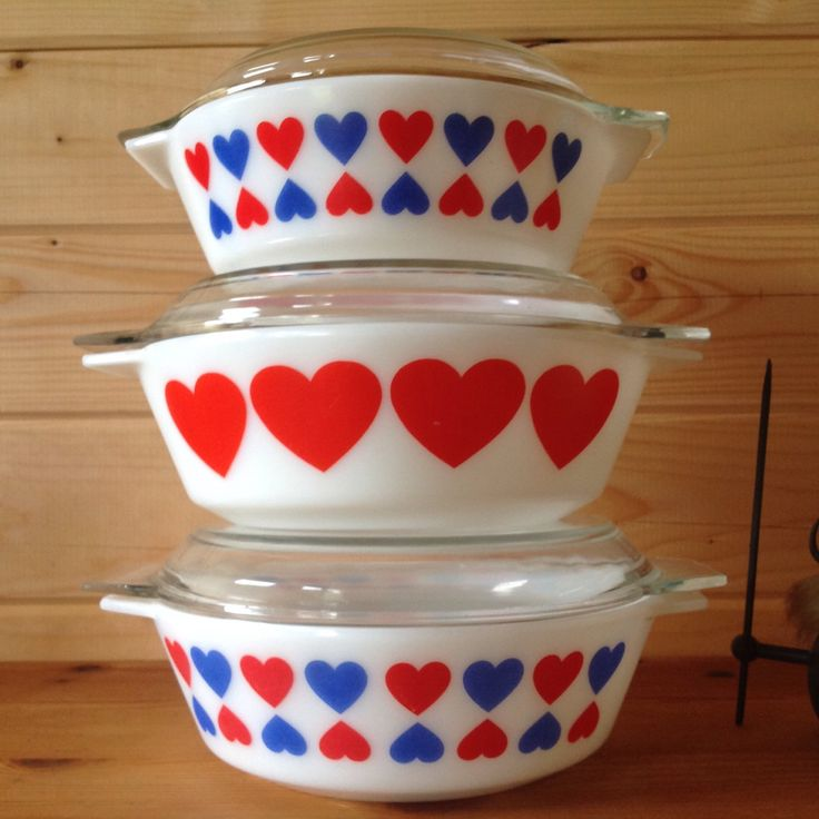 1972-73 JAJ Pyrex Large Hearts Dish size 513 by Onmykitchentable