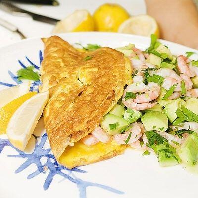 Omelett med avokado- och räksallad
