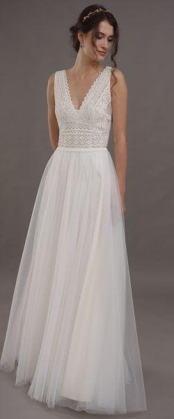 gefunden bei Happy Brautmoden Brautkleid elegant, elegantes Brautkleid, Lilurose, Spitze, Spitzenkleid, edel, elegant, fließend, Rückenausschnitt, Hochzeitskleid, Vintage