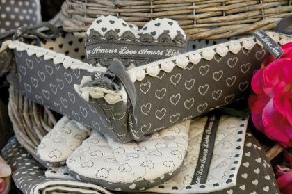 Szeretne minőségi lakástextíliákat vásárolni? Tekintse meg konyhai kínálatunkat! http://www.villarustica.hu/webset32.cgi?VillaRustica@@HU@@8@@353054759