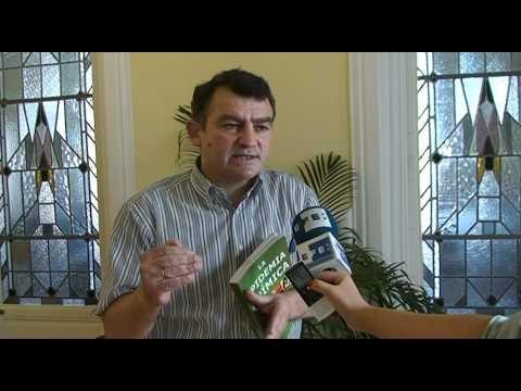 """(EFEverde).- (Imagen: Laura Mas/Redacción Futuro EFEverde/Agencia EFE) El presidente de Fodesam (Fondo para la Defensa de la Salud Ambiental), Carlos de Prada, ha presentado hoy el libro """"La epidemia química"""", que alerta del """"efecto cóctel"""" que provocan las más de 100.000 sustancias tóxicas que nos rodean, y reclama medidas gubernamentales de prevención contra este problema."""