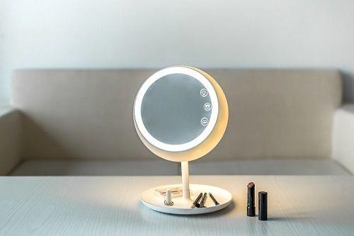 Juno Smart Mirror, der Spiegel mit intelligenter Beleuchtungsfunktion  Schmink-Gurus und Beauty-Blogger aufgepasst: Mit Juno kommt ein smarter Schminkspiegel auf Kickstarter, der das Gesicht ins beste Licht rückt.  #smarthome #tech #technews #smarttech #gadgets #crowdfunding #kickstarter #smart